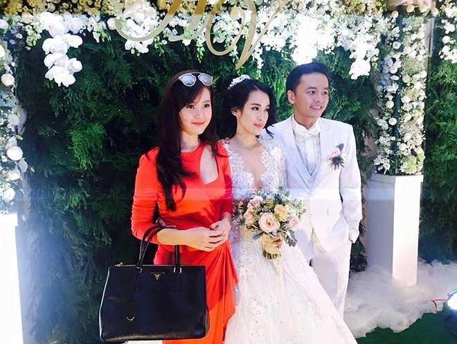 Diễn viên Mùa hè lạnh chụp ảnh cùng cô dâu chú rể. Người đẹp không quên dành những lời chúc ngọt ngào cho đàn chị thân thiết. Ảnh: Thành Trung