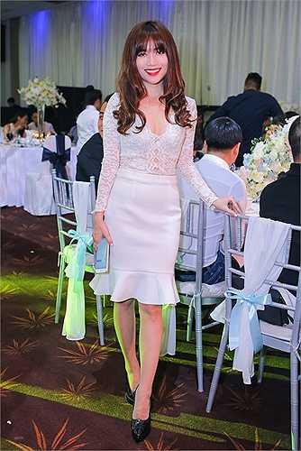 Bạn thân của cô dâu - Sĩ Thanh - mặc đầm trắng tiệp màu cùng gam chủ đạo của hôn lễ