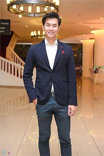Nhan Phúc Vinh chọn bộ cánh vest phối cùng quần jeans hiện đại.