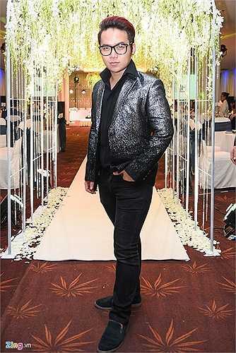 Nhà thiết kế Chung Thanh Phong, người lo trang phục và ảnh cưới cho cặp 'tân lang tân nương' đến khá sớm để phụ giúp đôi trẻ chuẩn bị hôn lễ.