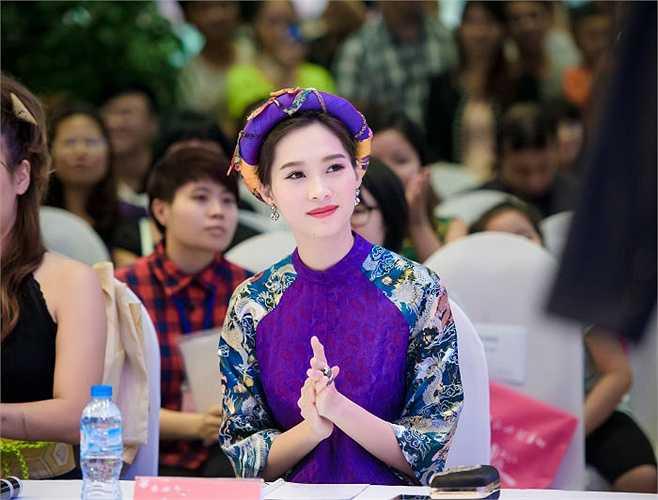 Tham dự một cuộc thi thời trang với tư cách giám khảo, Hoa hậu Đặng Thu Thảo lôi cuốn mọi ánh nhìn bởi vẻ đẹp lạ trong trang phục ấn tượng.