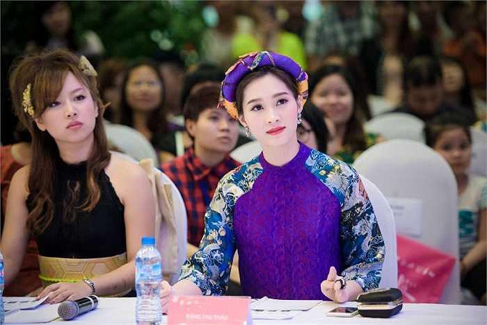 Hoa hậu Việt Nam 2012 nổi bật trên hàng ghế giám khảo.