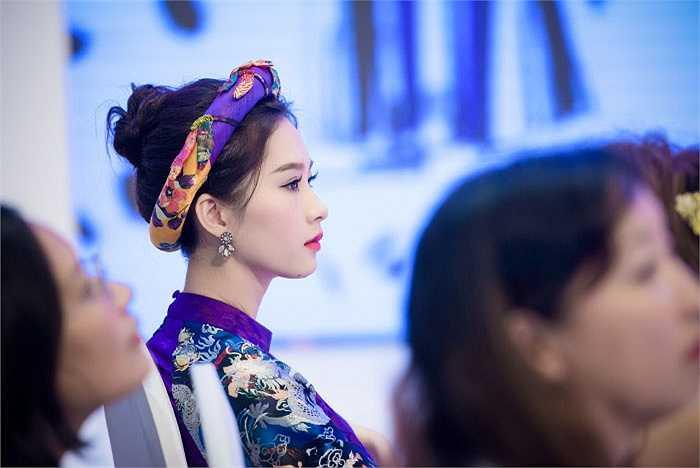 Người đẹp chăm chú theo dõi các bộ sưu tập thời trang.
