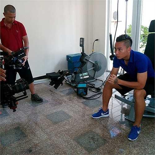 Tuấn Tài thực hiện cảnh quay trong phòng tập Gym.
