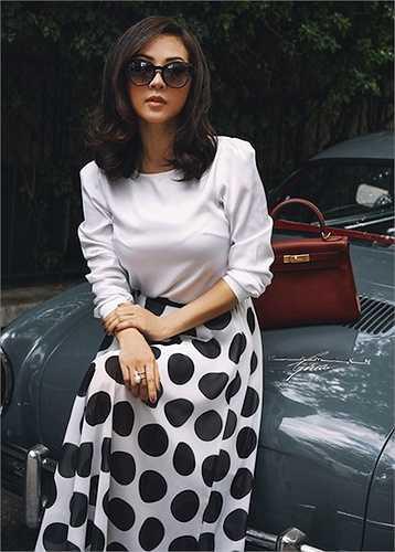Với phong cách ăn mặc sành điệu thường thấy, cô trở nên vô cùng đặc biệt khi kết hợp những bộ váy họa tiết chấm bi đơn giản kết hợp với những chiếc túi xách sang trọng để tạo nên bộ ảnh cổ điển đầy ấn tượng.