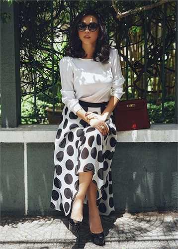 Mặc dù không phải là người mẫu chuyên nghiệp nhưng thần thái và biểu cảm của hoa hậu Thu Hoài trong bộ ảnh thời trang này vô cùng sống động.