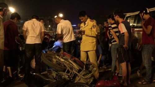 CSGT tiến hành khám nghiệm hiện trường để làm rõ nguyên nhân xảy ra vụ TNGT nghiêm trọng trong đêm 8-11 trên cầu vượt Thái Hà
