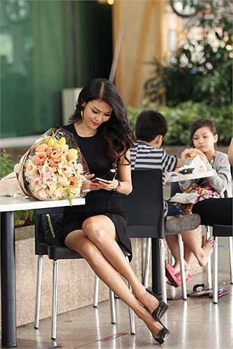 Dù rất bận rộn với lịch trình chuẩn bị cho cuộc thi Hoa hậu Thế giới, nhưng sáng nay Hoa khôi Áo dài 2014 vẫn dậy rất sớm ta sân bay từ tinh mơ sáng để chờ đón Nhà thiết kế tài hoa Alexis Mabille tới Việt Nam với một bó hoa rất đẹp.