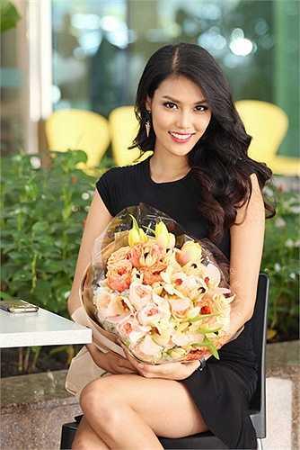 Biết Hoa khôi áo dài đợi từ sớm và tặng hoa, Nhà thiết kế Alexis Mabille cùng ekip rất hạnh phúc