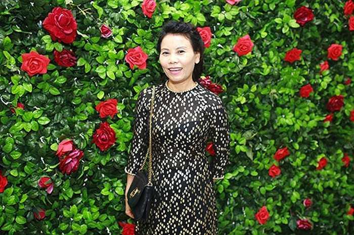 Tại tiệc cưới của cặp đôi diễn viên Văn Anh - Tú Vi, mẹ đẻ của ca sĩ Hồ Ngọc Hà bất ngờ xuất hiện vớichiếc áo dài đen nền nã, quý phái, tôn vóc dángmảnh mai của bà.Tuy nhiên, giọng ca Xin hãy thứ tha lại vắng mặt tại sự kiện này.