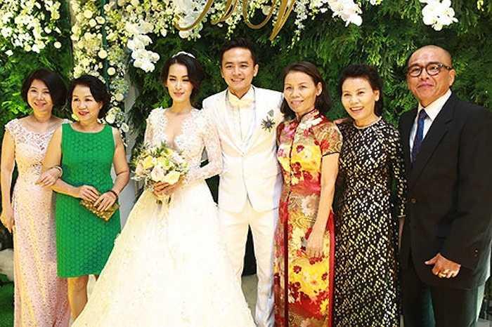 Mẹ đẻ của Hà Hồ cũng chụp ảnh cùng người thân, họ hàng của cô dâu chú rể Tú Vi - Văn Anh.