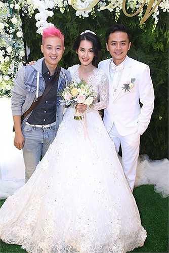 Thanh Duy chụp ảnh cùng cô dâu chú rể.
