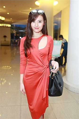 Midu bất ngờ có mặt tại đám cưới Tú Vi - Văn Anh. Đây là lần đầu tiên nữ diễn viên Mùa hè lạnh xuất hiện trước công chúng sau scandal của chồng sắp cưới Phan Thành.