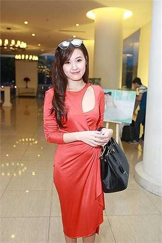 Midu chọn chiếc váy đỏ được khoét khá táo bạo. Có vẻ như cô đã lấy lại được vẻ rạng ngời, vui tươi trước kia. Tháng 10 năm nay, Midu phải trải qua thời gian dài mệt mỏi khi chồng chưa cưới của cô - thiếu gia Phan Thành - bị phơi bày chuyện tình cảm với một nữ sinh 17 tuổi.