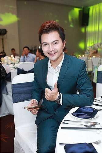 Ca sĩ Nam Cường bảnh bao trong bộ vest xanh.
