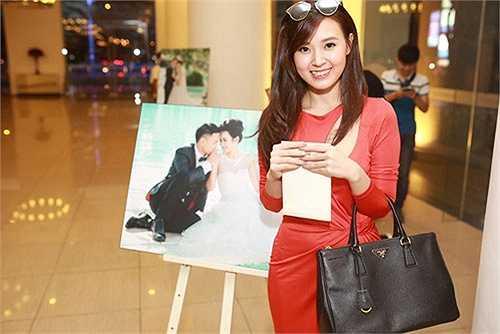 Midu chụp ảnh kỷ niệm trước ảnh cưới của hai người bạn thân Văn Anh - Tú Vi.