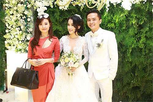 Midu cùng Văn Anh và Tú Vi đều là những diễn viên trẻ triển vọng của điện ảnh Việt Nam. Cả ba  có tình bạn thân thiết ngoài đời.
