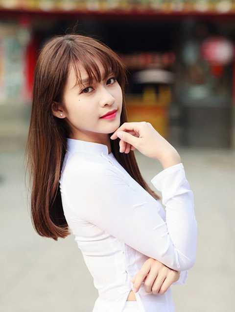 Khả Ngân, hot girl sinh năm 1997 có tên thật là Trần Thị Kim Ngân. Cô là một vận động viên boxing chuyên nghiệp dù tuổi đời còn khá trẻ và ngoại hình xinh xắn, dễ thương.