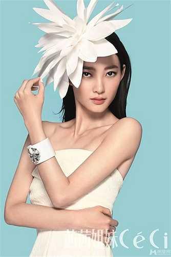 Ngoài vai trò diễn viên, người đẹp sinh năm 1995 còn nhận được nhiều lời mời chụp hình