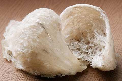 Hàng năm, vùng Đảo Yến -Khánh Hòa thu hoạch được đặc sản 'hái' ra tiền này không phải là ít. Giá yến xào đặc sản dao động từ 400.000 - 600.000 đồng/kg. yến sào thô có giá 2,6 triệu đồng/100g, khoảng 9 – 12 tổ trong 100g.