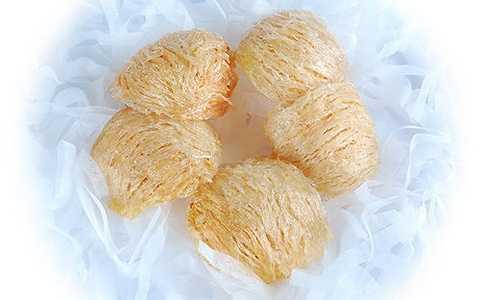 Giá yến sào rút lông nguyên tổ vào khoảng 3 -3.5 triệu đồng/100g, khoảng 9 – 12 tổ trong 100g. Tại các thành phố lớn, giá yến xào Nha Trang có thể đắt đỏ hơn rất nhiều.