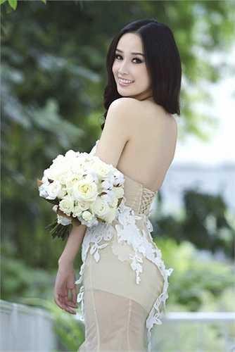 Cùng với đó là khuôn mặt khả ái, đôi mắt hút hồn. Mỗi khi xuất hiện trước truyền thông, Hoa hậu mai Phương Thúy luôn lọt vào tầm ngắm của giới truyền thông.