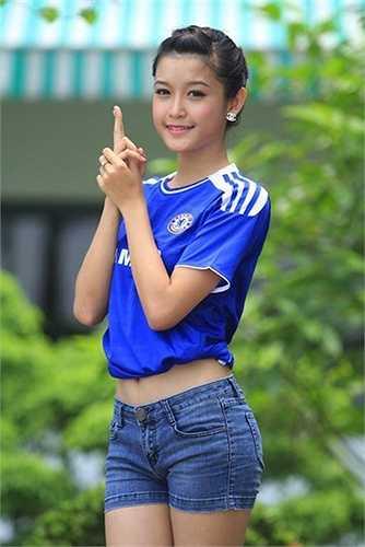 Hình ảnh khoác lên người chiếc áo đội tuyyển Chelsea của Huyền My từng gây 'bão' cộng đồng mạng Châu Á.  (Nguồn: Dân Việt)