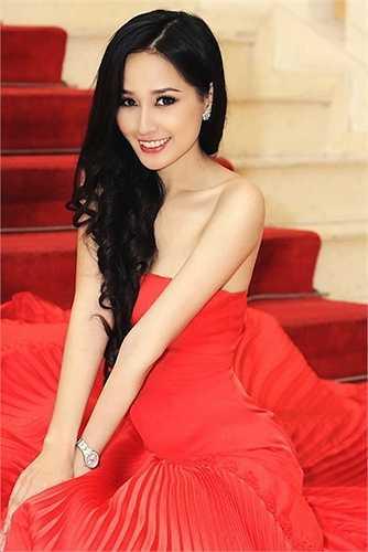 Mặc dù đã đăng quang ngôi vị Hoa vị Việt Nam đến nay đã được gần 10 năm nhưng vẻ đẹp của Hoa hậu vẫn tỏa sáng và có phần lấn átđàn em
