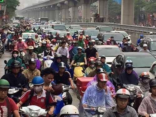 Dòng người đông nghẹt trên đường Nguyễn Trãi.
