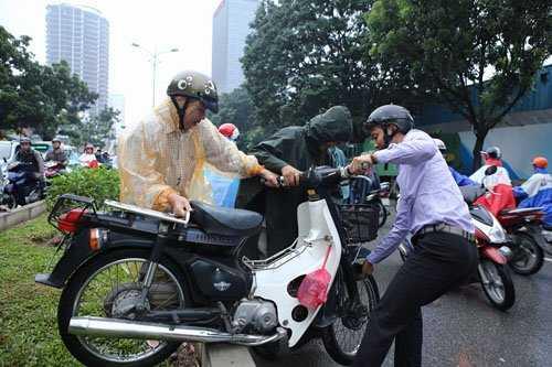 Bê xe máy qua dải phân cách tìm lối thoát