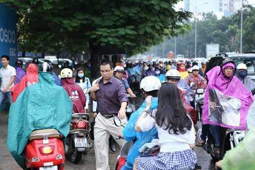 Nhiều phương tiện đi ngược chiều khiến giao thông càng thêm hỗn loạn