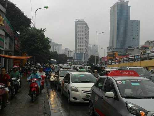 Đường Lê Văn Lương lên cầu vượt Lê Văn Lương - Láng Hạ lúc 8h30, do nhiều phương tiện cùng lên cầu dẫn đến ùn tắc kéo dài