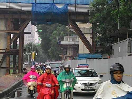 Đường Láng- đoạn gần phố Yên Lãng, do đang thi công tuyến đường sắt trên cao, lòng đường bị thu hẹp nên các phương tiện di chuyển khó khăn
