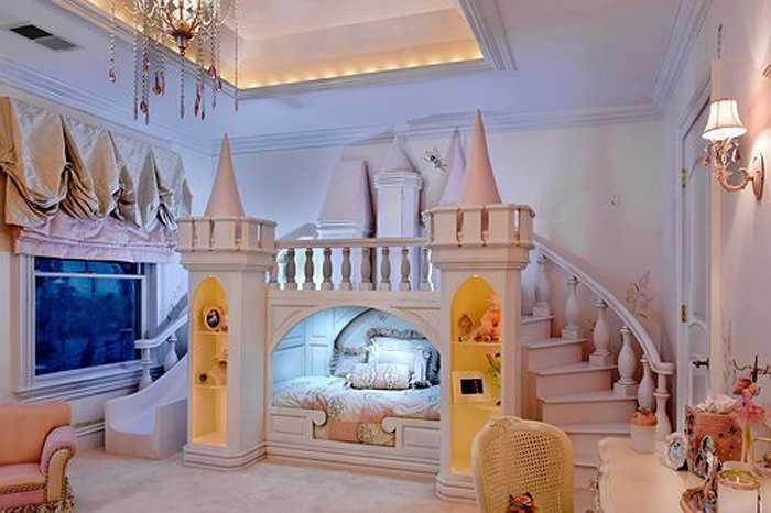 Phòng ngủ đẹp như mơ này là của một cô bé rất yêu thích những nàng tiên và muốn có một căn phòng được thiết kế dựa trên lâu đài cổ tích. Một căn phòng đầy mê hoặc được tạo ra với một chiếc giường hình lâu đài với những hộc nhỏ đựng búp bê. Góc bên trái còn có thêm cầu trượt để bé vui chơi. Vào thời điểm căn phòng hoàn thành, cô bé được hai tuổi.