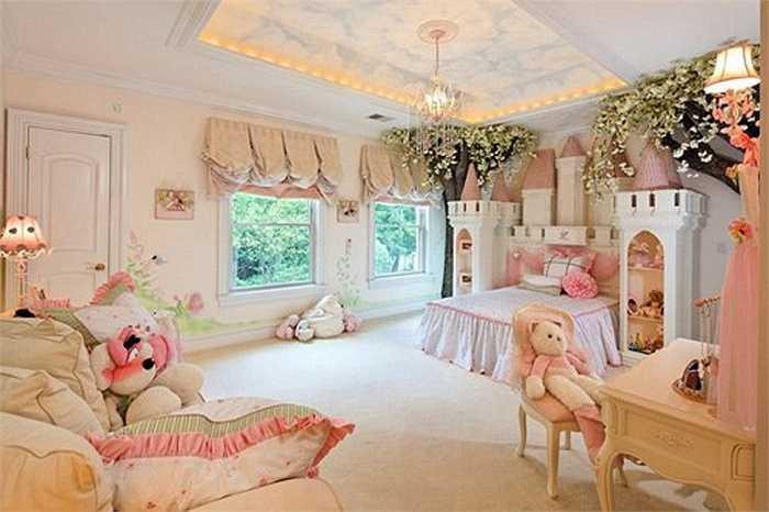 Hai năm sau, căn phòng ngủ lại được biến hóa lần nữa vì cô công chúa nhỏ đã lớn. Một số phần của lâu đài, cầu thang và cầu trượt được gỡ bỏ, thay bằng chiếc giường lớn hơn. Cây, hoa giả và đèn chùm đã tạo thành cung điện lộng lẫy.