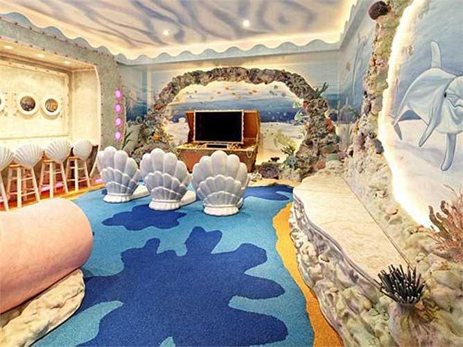 Sàn cao su bắt chước đáy đại dương. TV đặt trong hộp kho báu. Tất cả các đồ chơi được đặt trong những vò sò. Ghế ngồi hình vỏ sò được làm từ sợi thủy tinh.