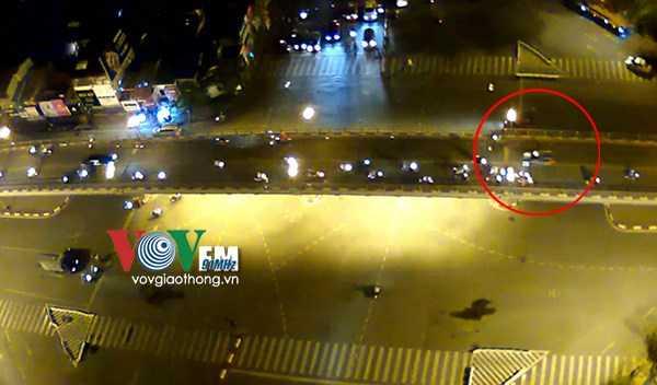 Chiếc xe lao với tốc độ cao trên cầu vượt Thái Hà -Chùa Bộc, hướng từ Ngã tư Sở đi Nguyễn Lương Bằng.