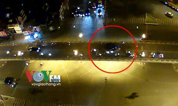 Khi đi tới đoạn giữa cầu vượt bất ngờ mất lái, lao sang làn đường đối diện rồi đâm hàng loạt xe máy đi ngược chiều.