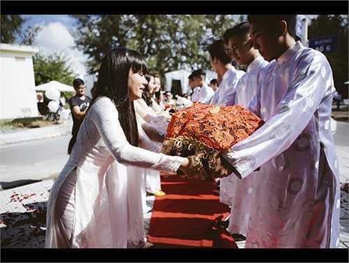 10 cặp bạn bè của cả hai đã có mặt và cùng diện áo dài trắng, trao quả chúc phúc cho cặp đôi