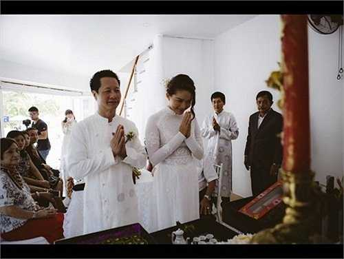 Cả hai làm lễ trước bàn thờ tổ tiên và sự chứng giám của gia đình