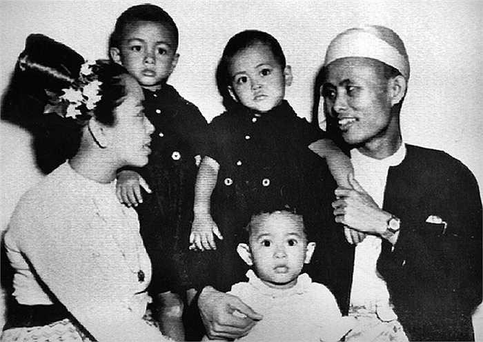 Bà Aung San Suu Kyi (áo trắng) chụp ảnh lưu niệm cùng gia đình khi 2 tuổi năm 1947