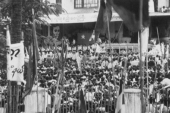 Năm 1988, những người biểu tình nghe bà Aung San Suu Kyi phát biểu ở Rangoon