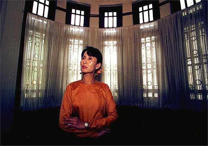 Bà Aung San Suu Kyi bên trong ngôi nhà của mình ở Rangoon năm 1996