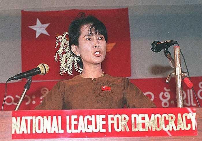 Aung San Suu Kyi nói chuyện với những người ủng hộ mình nhân dịp 49 năm kỷ niệm độc lập của Myanmar năm 1997