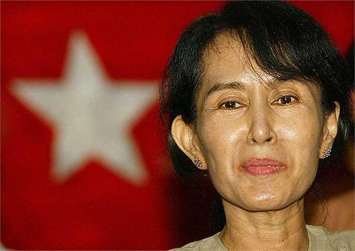 Năm 2002, bà tổ chức cuộc họp báo sau khi hoàn toàn được giải phóng khỏi hình thức quản thúc tại nhà
