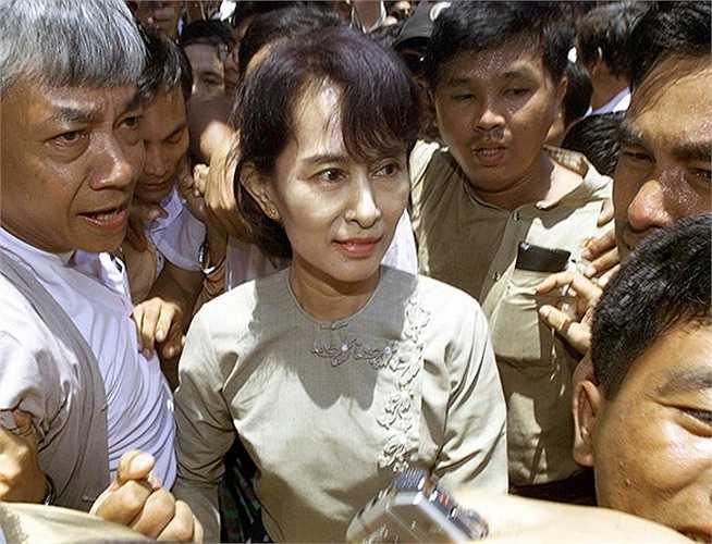 Bà được người dân vây kín khi đến trụ sở đảng NLD năm 2002