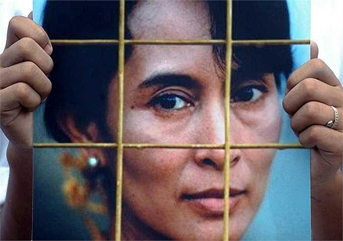 Người biểu tình ở Bangkok cầm bức ảnh Aung San Suu Kyi năm 2009