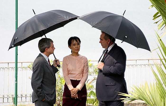 Bà Aung San Suu Kyi gặp trợ lý ngoại trưởng Mỹ Kurt Campbell (phải) và phụ trách Đại sứ quán Mỹ Larry Dinger ở Rangoon năm 2010