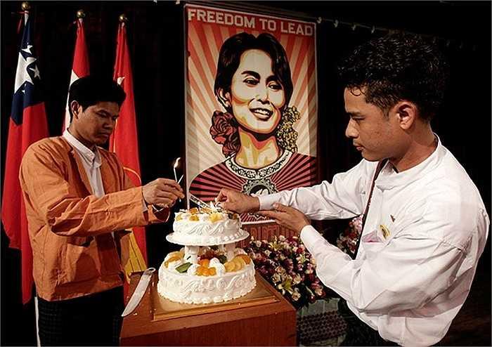 Những người Myanmar tổ chức sinh nhật lần thứ 65 cho bà ở Bucheon, Hàn Quốc năm 2010