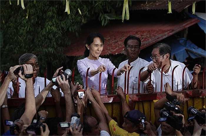 Ngày 13/11/2010, bà Aung San Suu Kyi chào người ủng hộ bên ngoài nhà mình sau khi chính thức được tự do